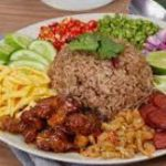 229 Fried Rice With Shrimp Paste, Served With Sweet Pork And Crushed Omelette, Green Mango, Green Beans And Red Onions